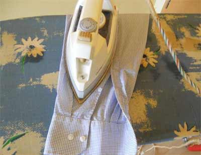 Hemden bügeln - als letztes die Ärmel